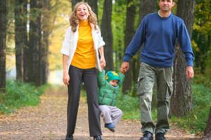 Дети на прогулке: хочу на руки!
