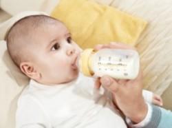 Как правильно поить новорожденного