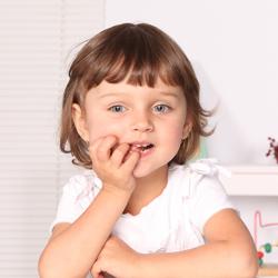 Ребенок грызет ногти: как справиться с проблемой