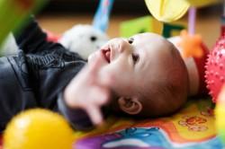Как выбрать игрушку для малыша в возрасте до 1 года