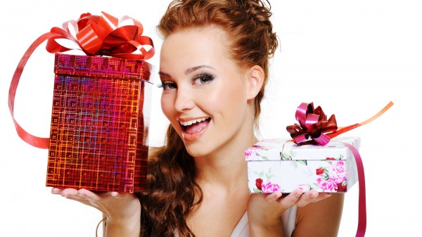 Подарки женщинам на рождение ребенка: полезное и приятное