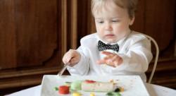 ребенок-кушает-морепродукты