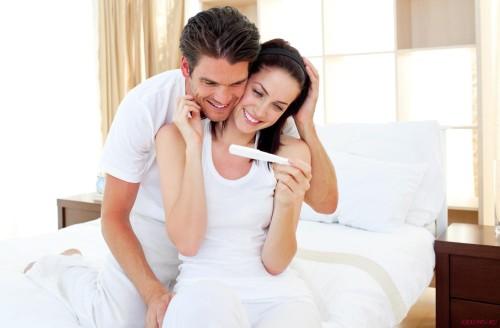 Пара с тестом на беременность