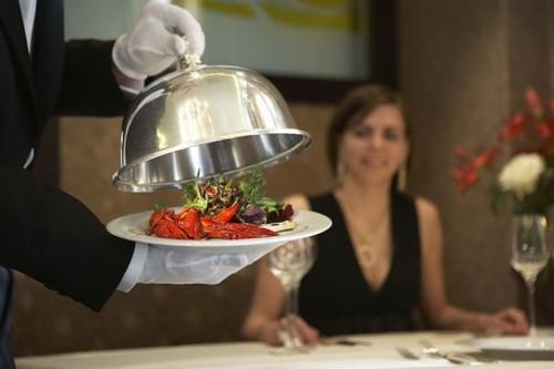 Подача блюд в ресторане