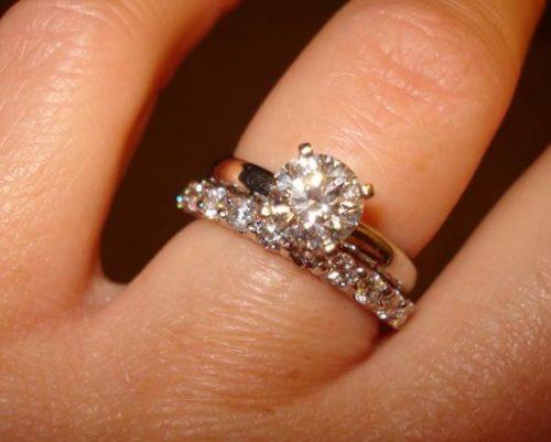 Как носить помолвочное кольцо